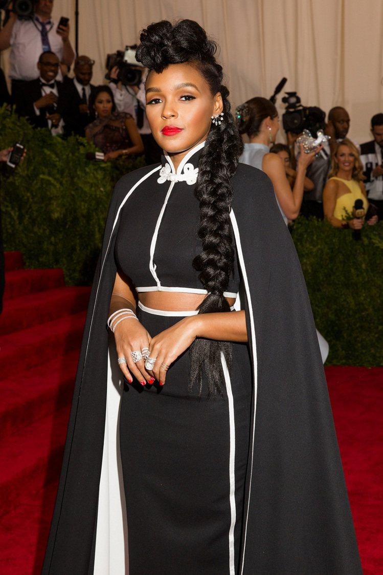 靈魂歌手Janelle Monae,身穿H&M特別訂製特殊旗袍領剪裁斗篷西裝外套...