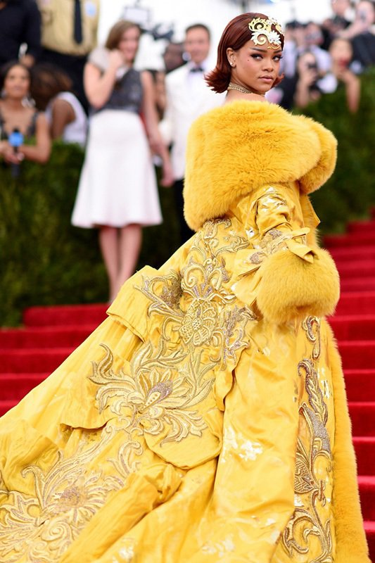 蕾哈娜本屆的Met Gala黃袍出自中國高級訂製服設計師 Guo Pei 郭培。...
