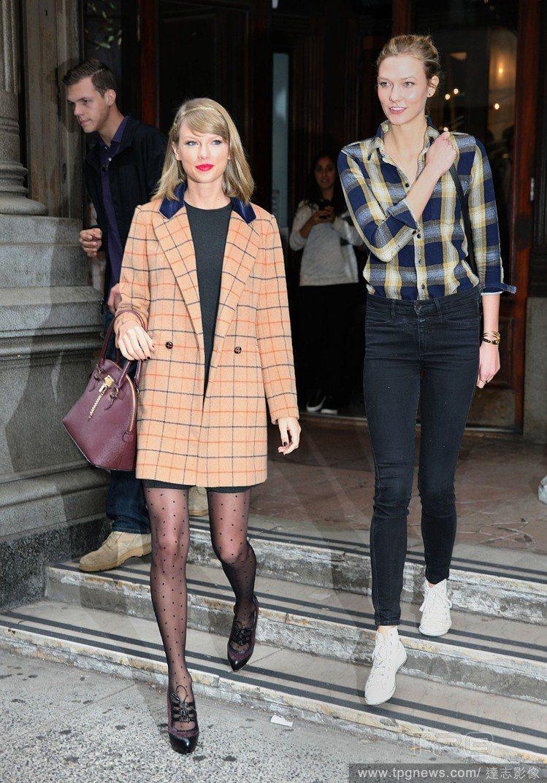 泰勒絲、Karlie在公開場合的造型甚至是私服搭配上,經常都有一些默契在。圖/達...