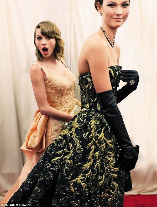 泰勒絲、Karlie在公開場合的造型甚至是私服搭配上,經常都有一些默契在。圖/擷...
