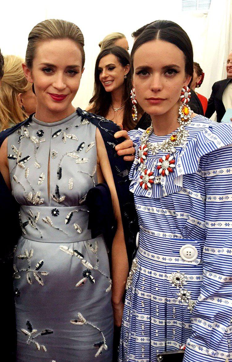 史黛西馬汀穿MIU MIU天藍色與白色相間的條紋荷葉洋裝搭配上突顯頸部線條的水晶...