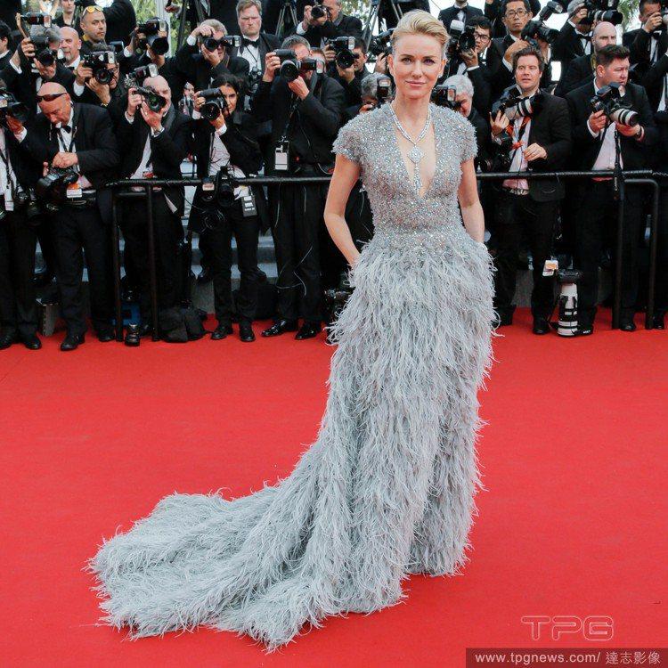 娜歐蜜華茲穿 Elie Saab 銀灰色訂製服,無論是後梳髮、或佈滿亮片的上衣與...