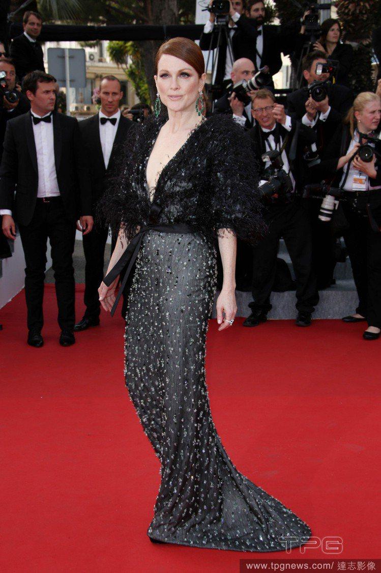 茱莉安摩爾以一件黑灰色 Armani Privé 禮服出場,大 V 領設計、誇張...