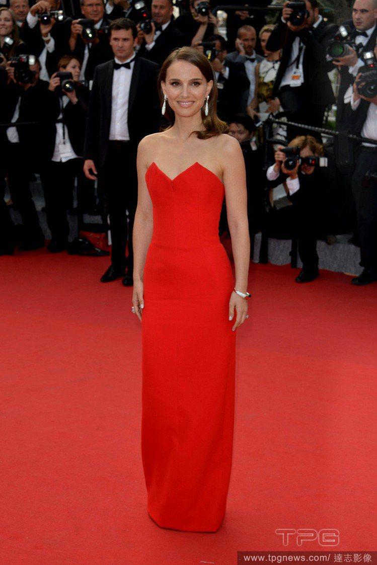 娜塔莉波曼身穿紅色 Christian Dior 禮服,簡單俐落的線條加上胸前的...