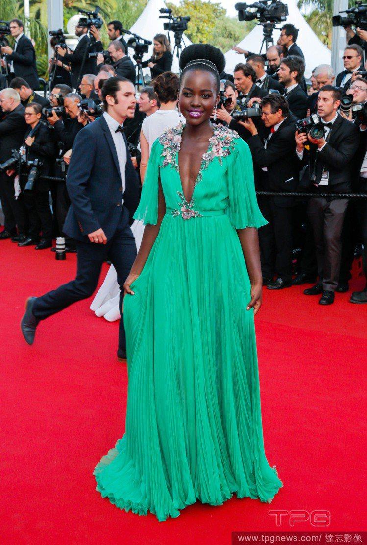 露琵塔妮詠奧的Gucci 禮服,V 領與裝飾花卉細節,為這身飄逸的造型打造亮點。...