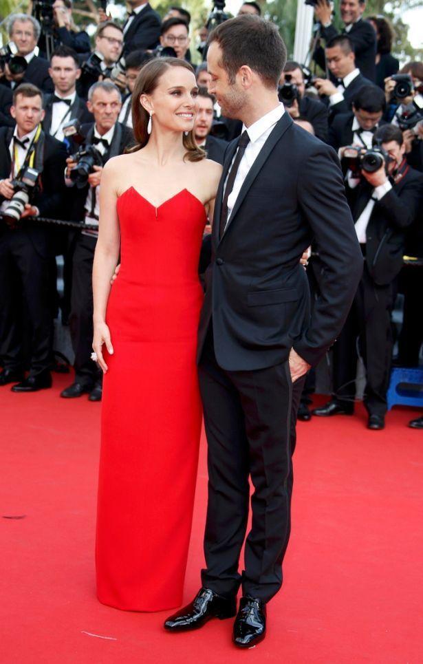 娜塔莉波曼身穿紅色 Christian Dior 禮服,與老公 Benjamin...