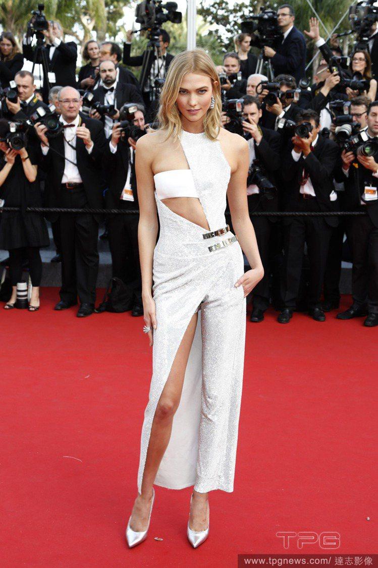 Karlie Kloss 一襲 Atelier Versace 銀色禮服,不規則...