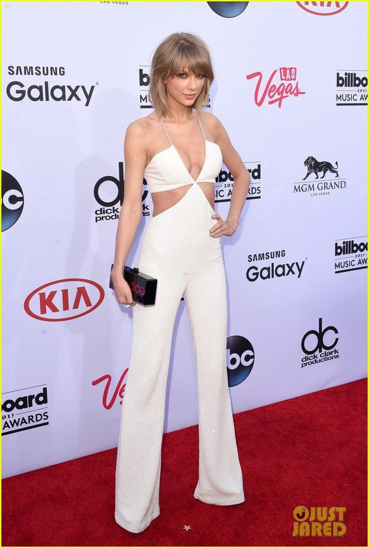 泰勒絲身穿 Balmain 白色鏤空連身褲,比基尼式設計大方露深 V 與小蠻腰,...