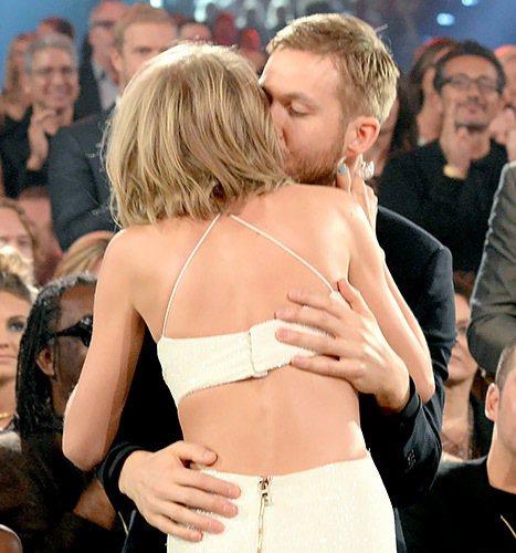泰勒絲領獎前不忘啵一下、擁抱男友凱文哈里斯。圖/擷自usmagazine.com