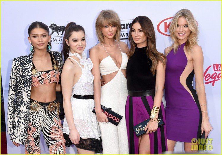 出演泰勒絲新歌〈Bad Blood〉 MV 的惡女姊妹們也都出席頒獎典禮。圖/擷...
