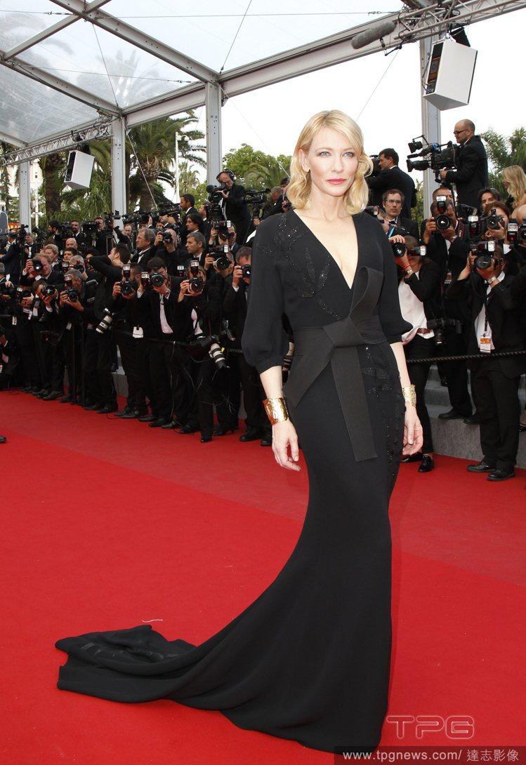 凱特布蘭琪穿了一襲 Armani Privé 禮服,V 領與流線裙身充滿女人味,...