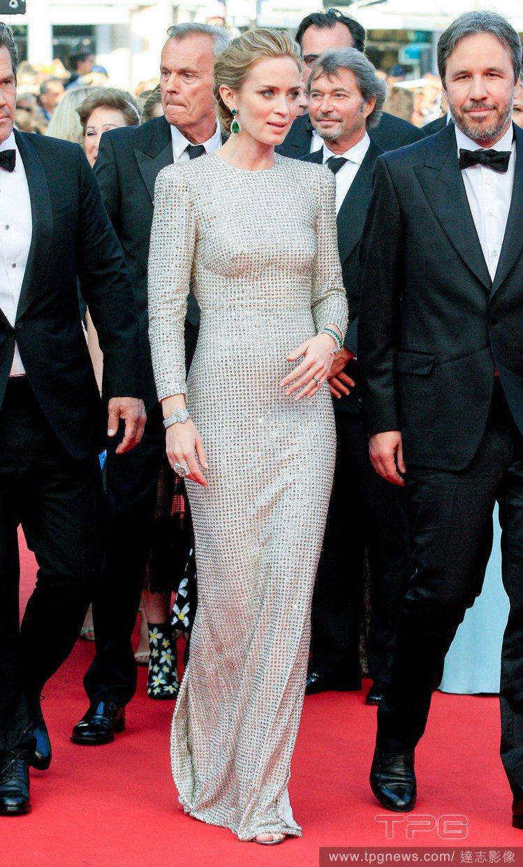 艾蜜莉布朗以 Stella McCartney 銀白色禮服出場,簡約俐落的設計使...