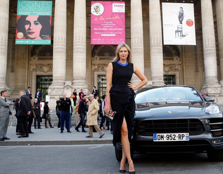 莎拉波娃日前為保時捷活動站台,在時尚重鎮巴黎大皇宮前化身專業model,擺出一系...