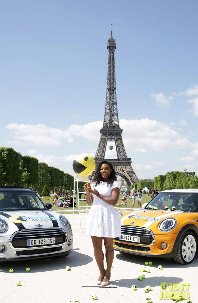 小威廉絲則是出席《世界大對戰》電影宣傳活動,換上白色洋裝與裸色高跟鞋,在艾菲爾鐵...