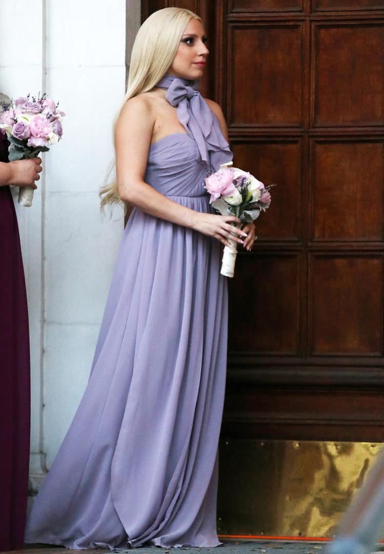 Lady Gaga在今年初當了好友的伴娘,身穿紫色禮服的她雖然還是頂著招牌的妝容...