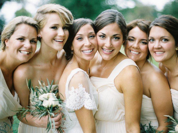 珍妮佛勞倫斯曾擔任嫂嫂與哥哥婚禮的伴娘,在11位伴娘之中,身高特別高的她雖然和眾...