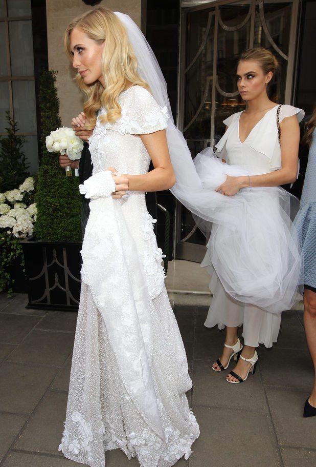 卡拉迪樂芬妮在姊姊 Poppy 的婚禮中擔任伴娘,就算穿了氣質款禮服還是很「做自...