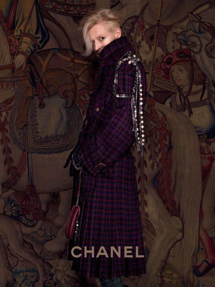 蒂妲史雲頓為CHANEL巴黎-愛丁堡系列代言的照片,透著帥氣感。圖/CHANEL...