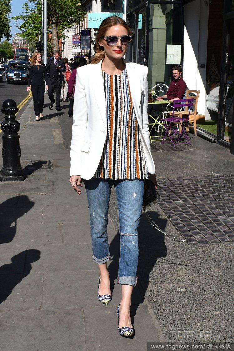 時尚名媛奧莉薇亞巴勒莫,以白色外套搭配彩色條紋上衣、七分牛仔褲,看起來摩登簡約,...