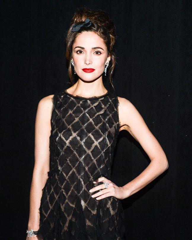 也因為具備高度的時尚敏睿度,蘿絲拜恩向來是很多時尚活動邀請的常客。圖/擷自lac...