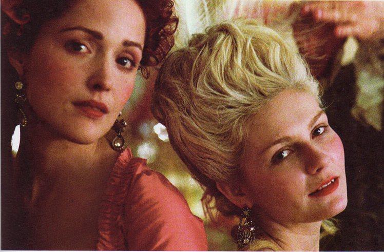 蘿絲拜恩(左)演出《凡爾賽拜金女》。圖/擷自網路