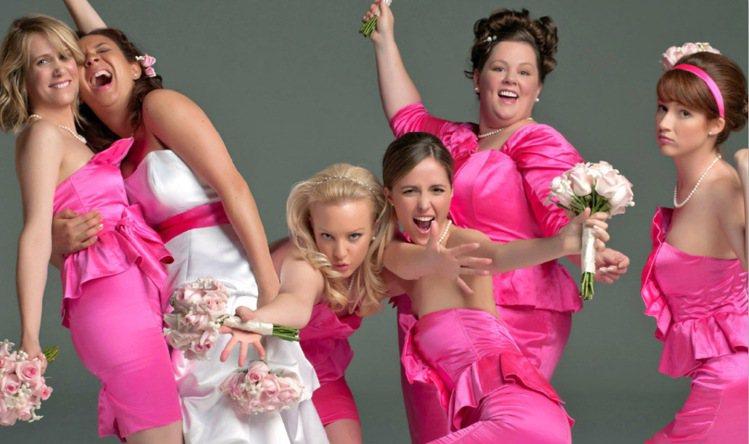 蘿絲拜恩(右三)演出《伴娘我最大》。圖/擷自網路