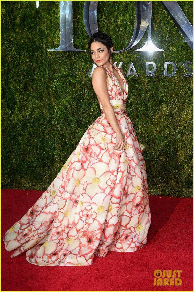 凡妮莎哈金斯(Vanessa Hudgens)則穿上 Naeem Khan 禮服...