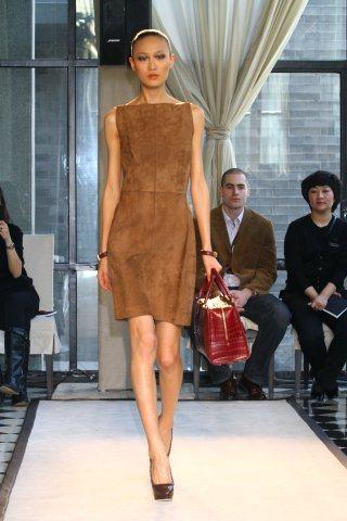 秦舒培擔任Loewe11年春夏時裝主秀,在新裝的舞台上,她也展現了新的面貌。圖/...