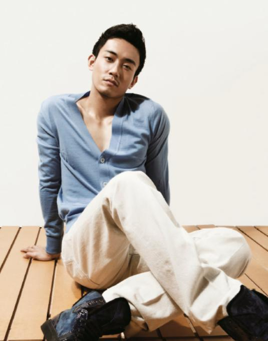 簡單CARDIGAN搭配上米色休閒褲,是今日男性最佳休閒搭配造型,運用淺色系,打...