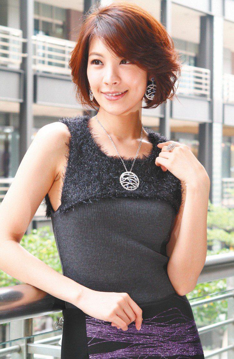 林若亞配戴超值的閃亮ARTE晶鑽首飾心情大好。記者高智洋/攝影