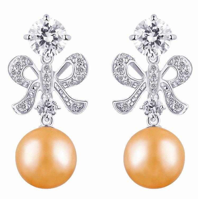 ARTE Perla Dorada-Lazo金色珍珠配晶鑽耳環,11,000元。...