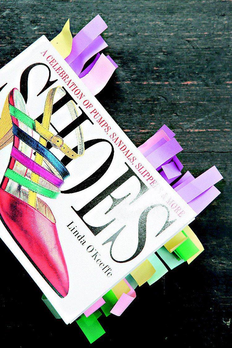 蔡康永為設計女鞋閱讀大量相關書籍。記者陳立凱/攝影