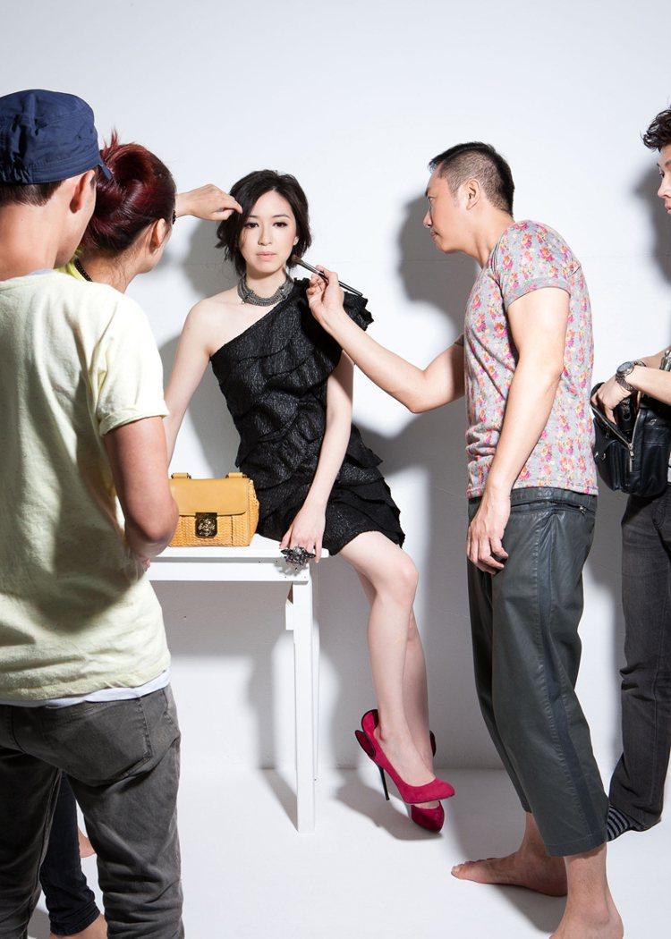不常面對鏡頭的蔡依珊,緊張屏息等待攝影機開拍。圖/BRAND名牌誌