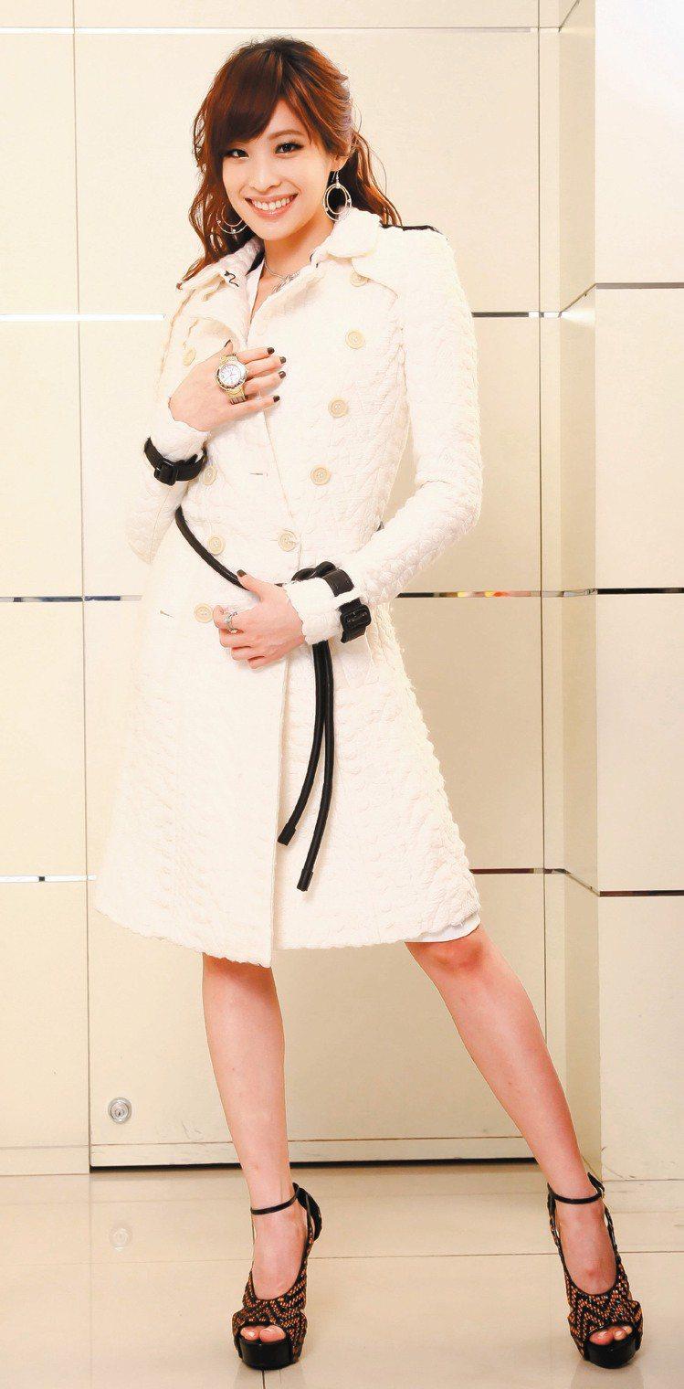 袁詠琳以夏利豪Marylin首飾系列、CELTIC腕表,搭Burberry雪白色...