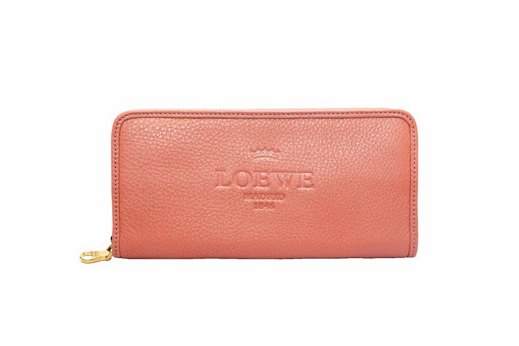 LOEWE Heritage淺粉色拉鍊長夾、24,000元。圖/LOEWE提供