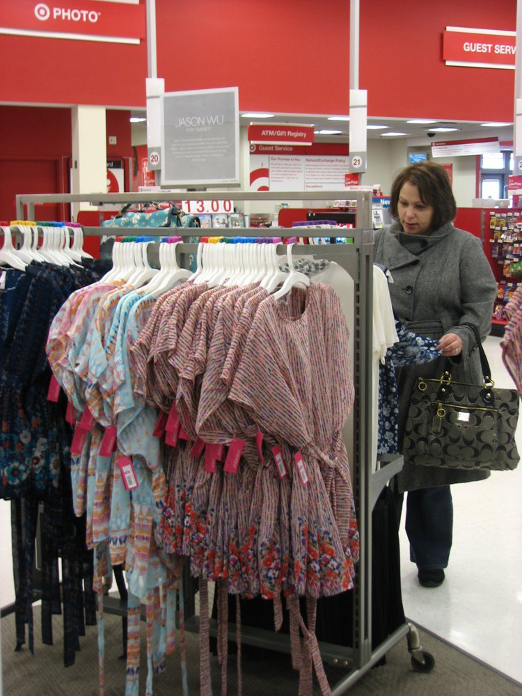 吳季剛服飾在紐約達吉特百貨熱賣,這位女客人說,她幫外甥女代。特派員傅依傑/攝影