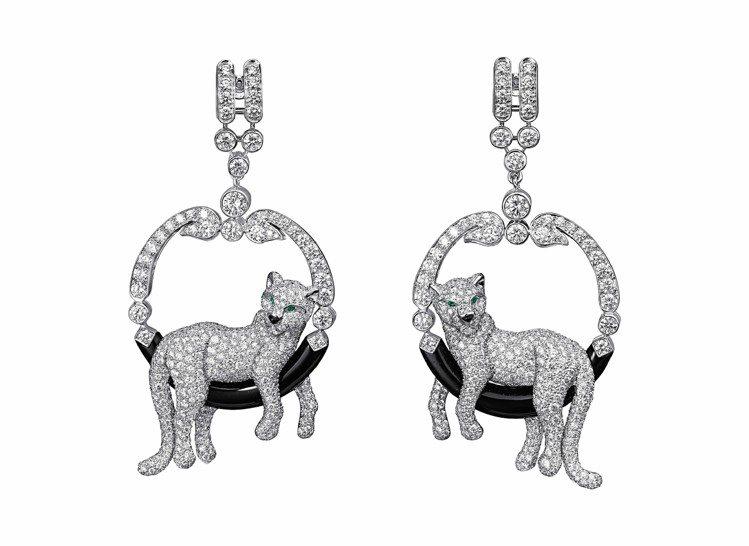 美洲豹鑽石耳環,鉑金鑲嵌996顆、共約6.68克拉美鑽,豹眼為祖母綠,搭配黑色縞...