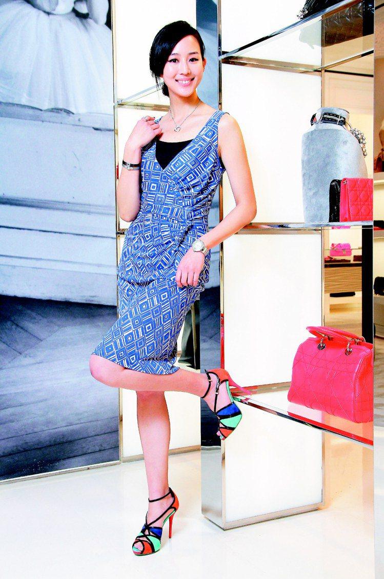 張鈞甯穿Dior藍色洋裝5萬5,000、拼色高跟鞋,搭配CHARRIOL Hea...