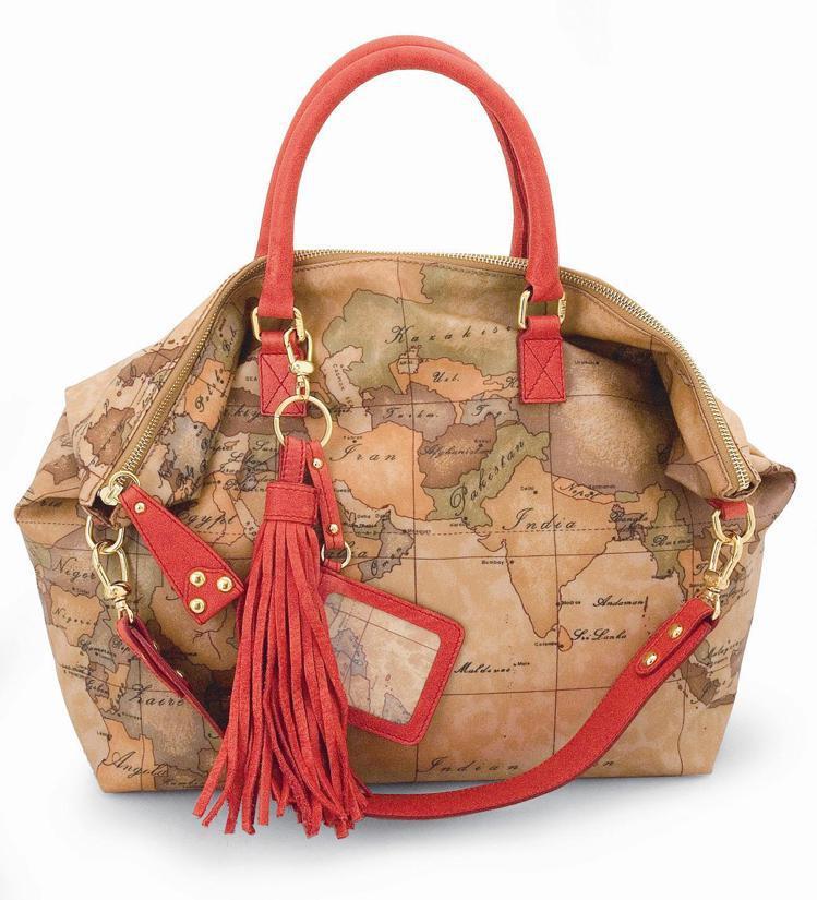 地圖包裝飾流蘇肩背手提包,13,100元。圖/迪生提供