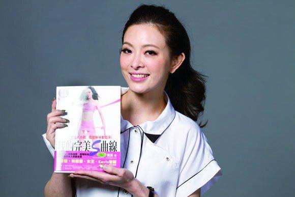 劉真出版了塑身書,教大家做曲線操。圖/TVBS周刊提供
