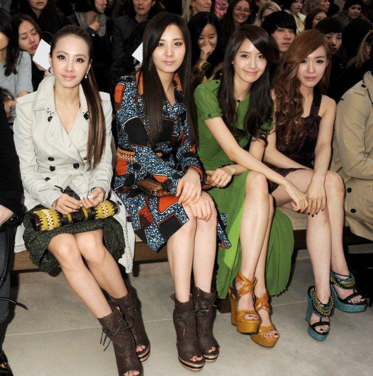 蔡依林(左一)出席倫敦時裝周Burberry秀,看秀與少女時代成員撞鞋又撞包。圖...