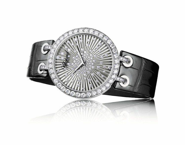 蕭邦XTRAVAGANZA腕表猶如萬丈光芒般亮眼,18K白金材質鑲嵌共重4.64...