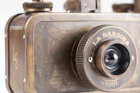 2月新品-特別版 La Sardina 相機以懷舊古銅外殼展現歲月的洗練,述說一...
