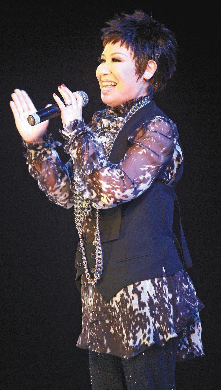 黃小琥演唱一連串經典歌曲,讓雅芳姊妹們樂翻。記者趙文彬/攝影