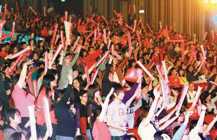 台灣雅芳舉辦30周年年會,現場熱情揮舞啦啦棒。記者趙文彬/攝影