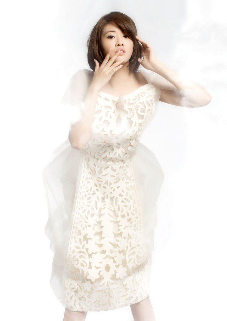 輕柔的白色雪紡洋裝外襯鐳射皮革雕花,鐘形的雪紡蓬裙傳遞出優雅、浪漫、脫俗的精靈氣...