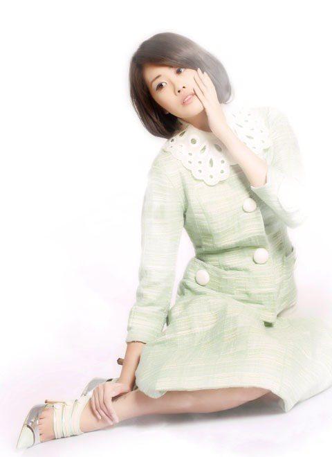 春意盎然的嫩綠色金絲紗質套裝,以復古婉約的夢幻線條。圖/TVBS周刊提供