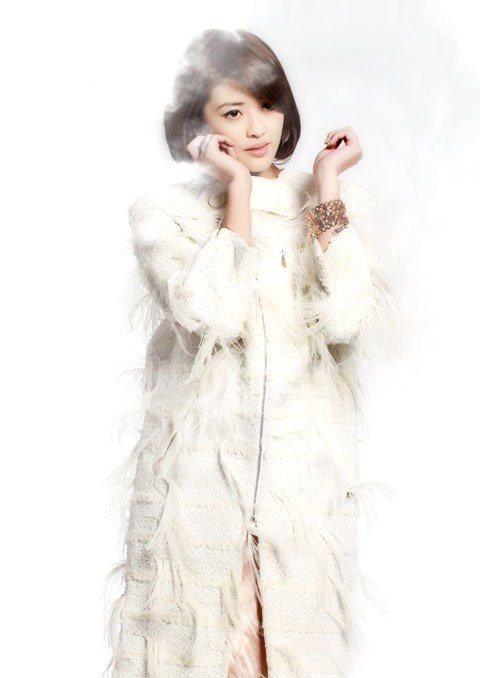 流麗的鴕鳥羽毛裝飾在米白軟呢大衣上,隨著步伐搖曳創造完美的流動線條。圖/TVBS...
