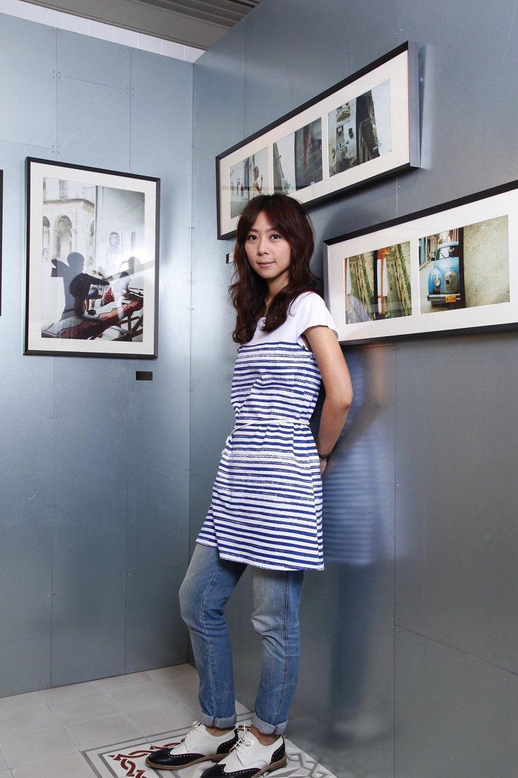 《背對哈瓦那》慈善攝影展創作者陳綺貞於展場內與作品合照。圖/agnès b提供