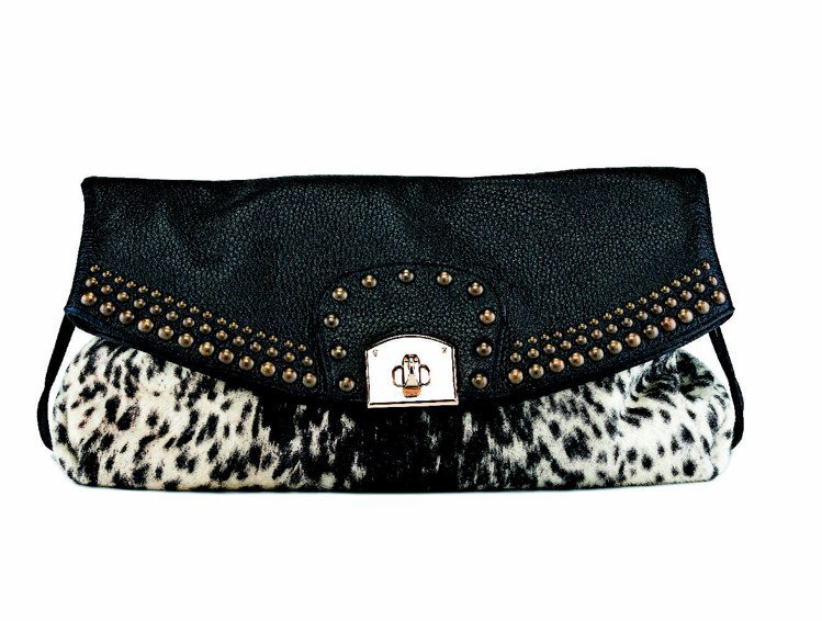 Sergio Rossi黑白馬毛鉚釘裝飾手拿包,售價71,000元。圖/Serg...